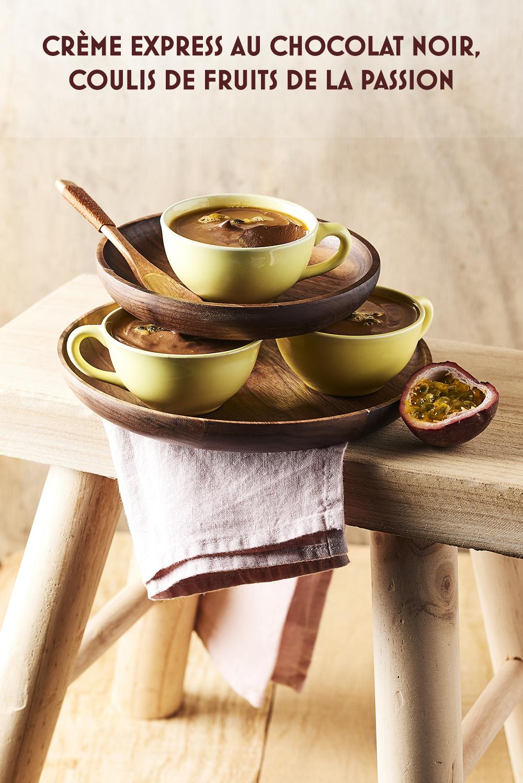 Photo culinaire crème express chocolat noir, coulis fruits de la passion ©MaudArgaibi Stylisme Caroline Pessin